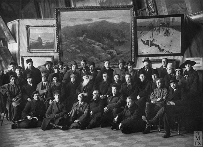 Участники объединенной выставки художников всех направлений. Петроград. 1923.