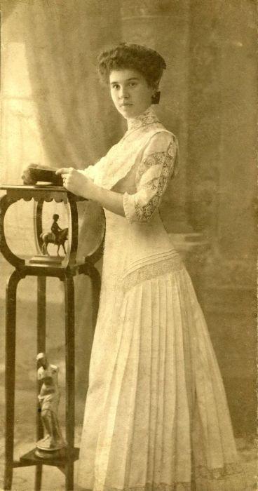 Нарядное платье с кружевными вставками.