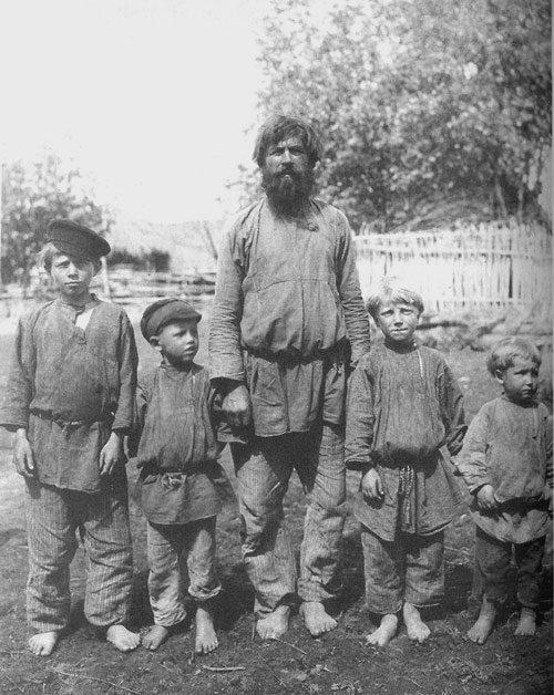 Крестьянин с сыновьями. Рязанская губерния, Касимовский уезд, село Большие Пекселы, 1910
