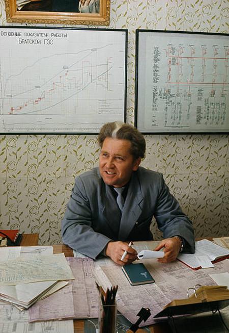Главный инженер планирует построить более мощные турбины. СССР, Иркутская область, Братск.