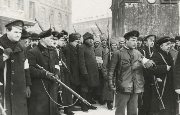 Редкие фотографии бурлящей России, которые были сделаны в 1917 году.