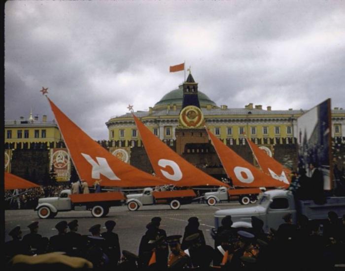 Первомайская демонстрация на Красной площади. СССР, Москва, 1961 год.