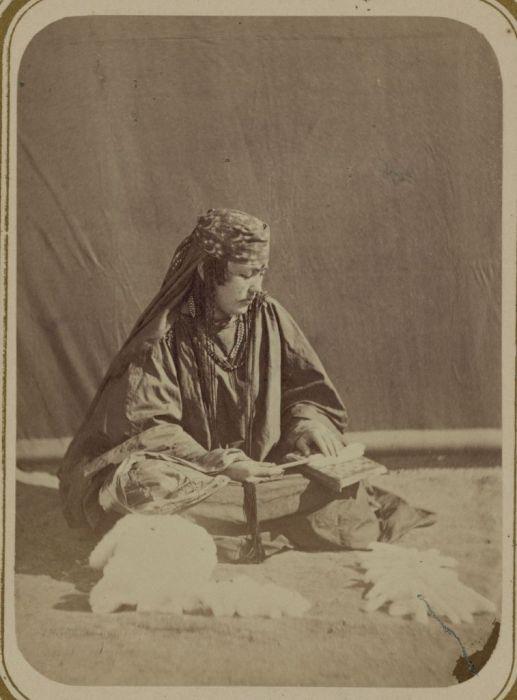 Приготовление кудели. Средняя Азия, конец XIX века.