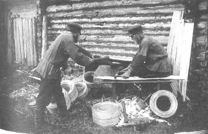 Обработка луба для изготовления ободов для сита и решета. Владимирская губерния, Покровский удел, 1913 год.