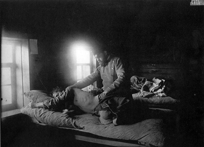 Врач Решетилов осматривает пациента Кузьму Кашина, который заболел сыпным тифом в селе Накрусове, 1891-1892 годы.