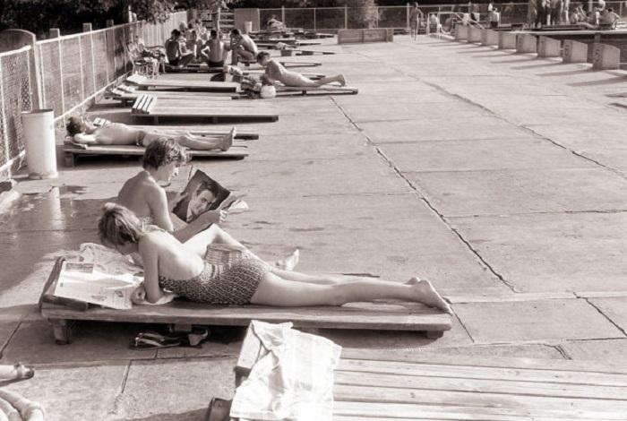 Девушки, отдыхающие на шезлонгах. 1960-е годы.