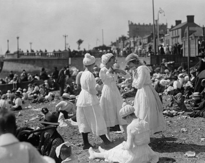 Отдыхающие на пляже в Саутенд-он-Си, Эссекс. Англия, 1919 год.