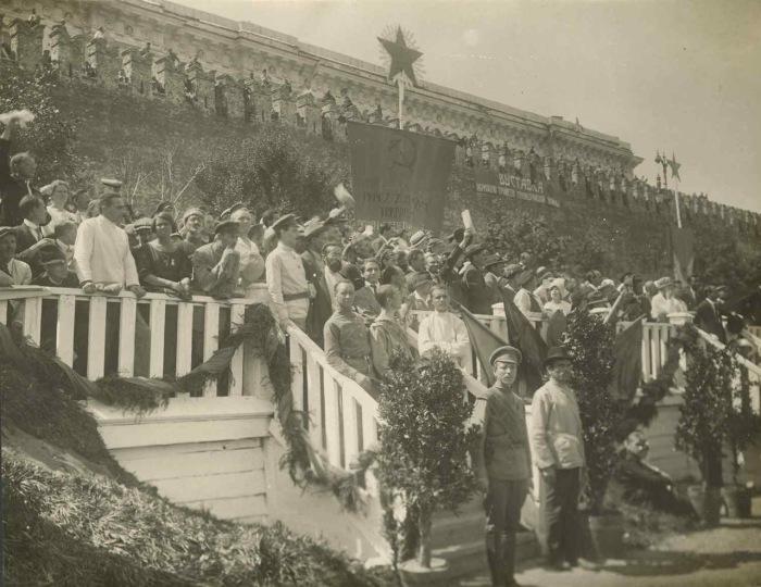 Празднование открытия второго конгресса Коминтерна в 1920 году.