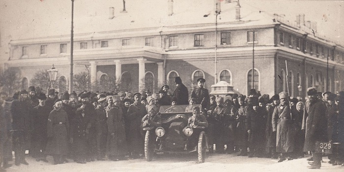 Приезд арестованного к зданию Государственной Думу. Петроград, 1917 год.