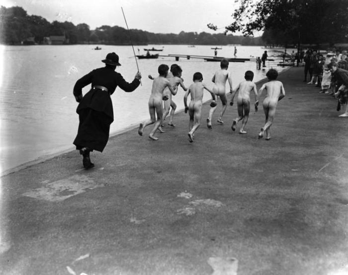 Голые подростки убегают от патрульного офицера. Великобритания, Лондон, Гайд-Парк, 1926 год.