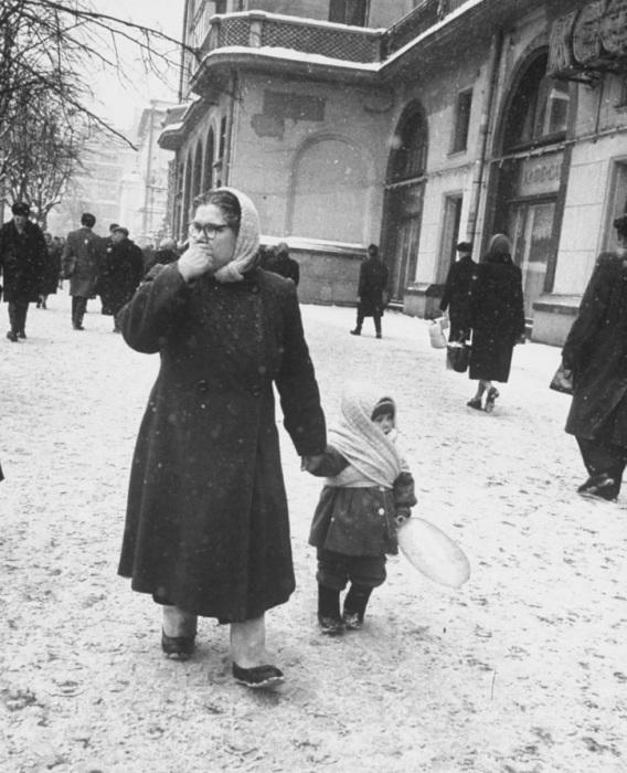 Бабушка с внучкой около гостиницы Метрополь.