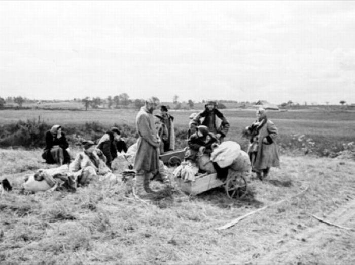 Беженцы в районе Пскова в июле 1941 года.
