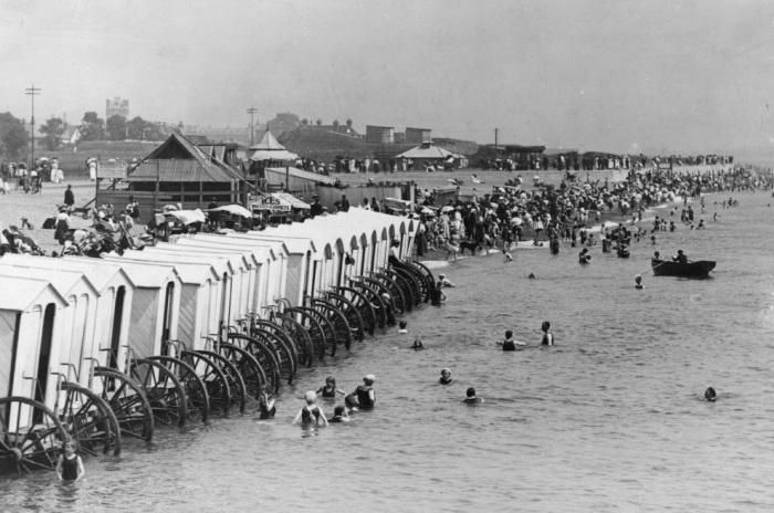 Туристы купаются в море, используя специальные канаты, привязанные к купальным машинам.