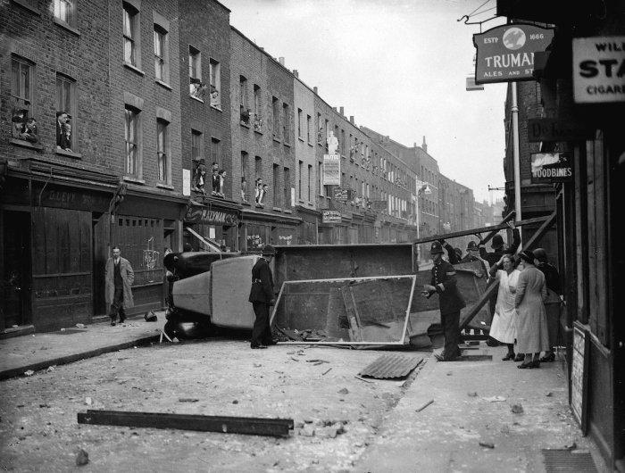 Полиция разбирает баррикады, которые использовали коммунисты в столкновении, 4 октября 1936 год.