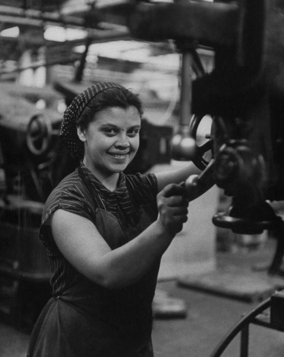Работа в москве на заводах для девушек девушки носят чулки на работу