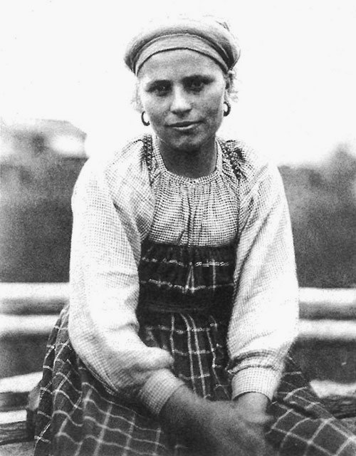 Молодуха в будничной одежде. Вологодская губерния, Сольвычегодский уезд., д. Усть Топса, 1911