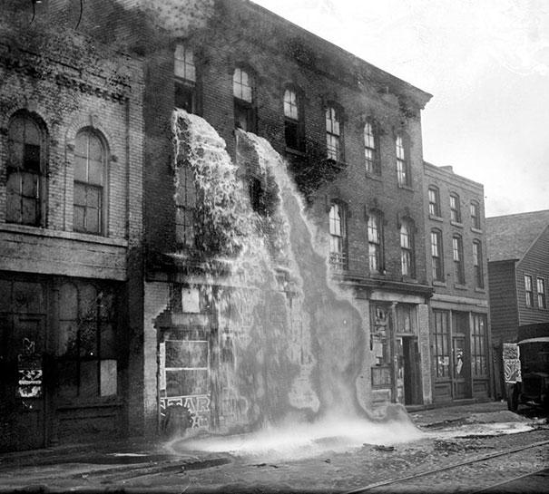 Алкоголь выливают из окон после рейда на ликеро-водочном заводе. Детройт, 1929 год.