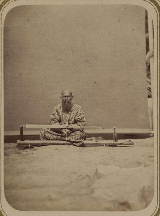 Подготовка ткацкого станка. Средняя Азия, конец XIX века.