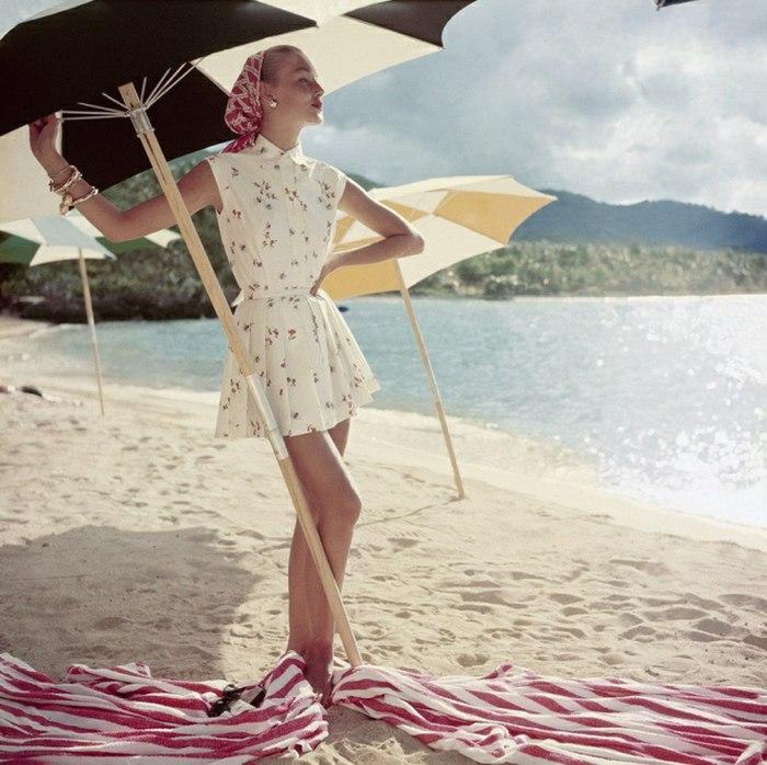 Модница в летнем платье под зонтом на пляже. 1960-е годы.