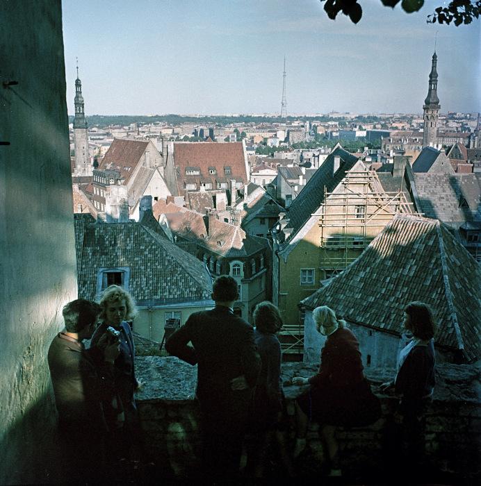 Туристы на лучшей смотровой площадке в Таллине. СССР, Эстония, 1964 год.