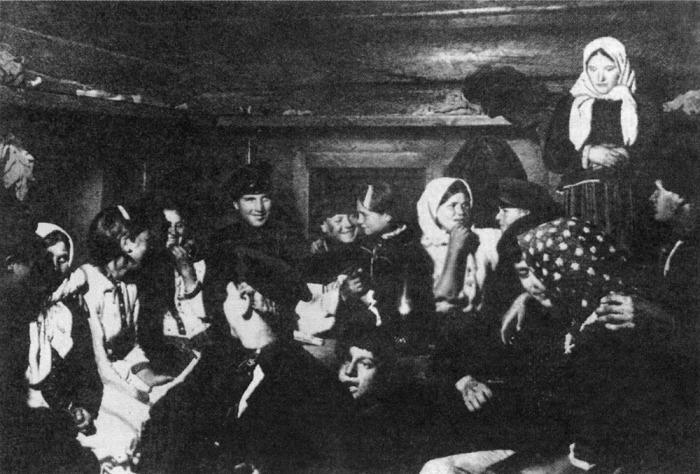 На посиделках. Тотемский уезд, Вологодская губерния, 1910 год.