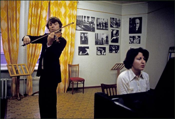 Ученик в музыкальной школе Столярского играет на скрипке под аккомпанемент фортепиано.