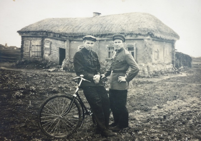 Перед поездкой в город. СССР, 1948 год.