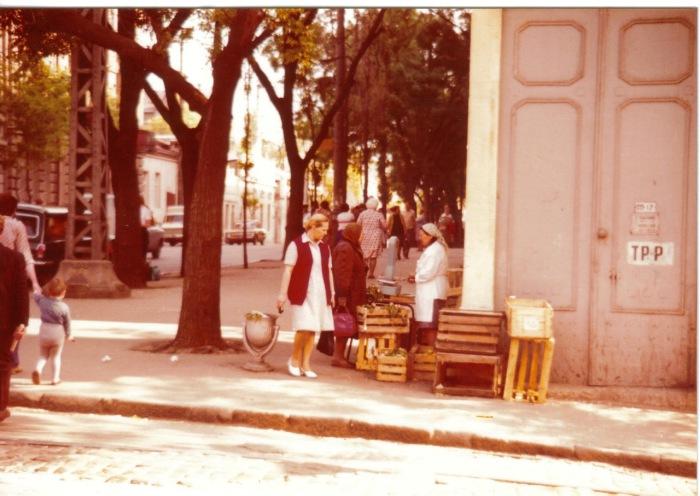 Женщина, торгующая фруктами на улице. СССР, Одесса, 1976 год.