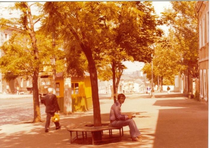 Мужчина читающий книгу на улице. СССР, Одесса, 1976 год.
