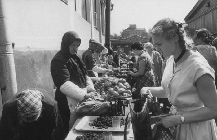 Покупка овощей на рынке. СССР, Москва, 1956 год.