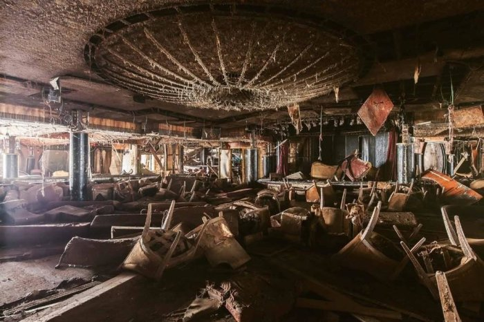 Огромный ресторан внутри полузатонувшего круизного лайнера Costa Concordia. Фото: Jonathan Danko Kielkowski.