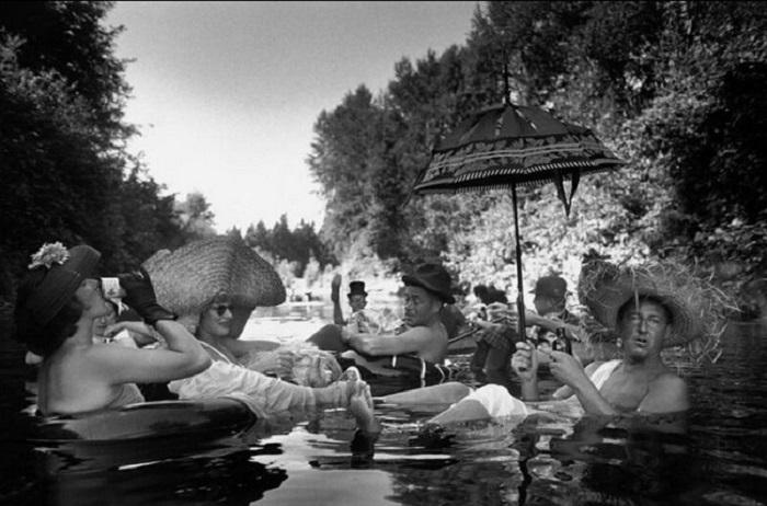 Члены клуба под названием Tubing Society отдыхают тёплым летним днём. Сиэтл, 1953 год.