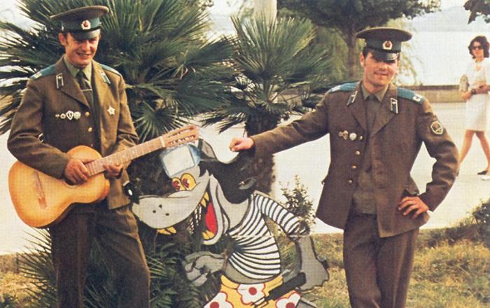 Солдаты в увольнении позируют с персонажем мультфильма.