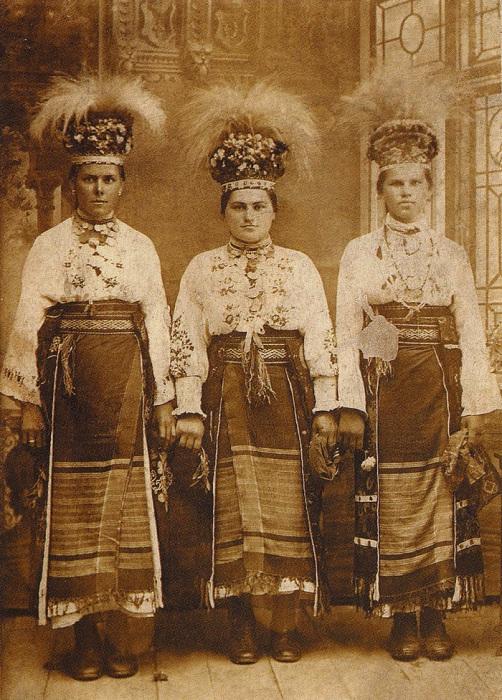 Девушки в традиционных праздничных одеждах. Село Стрелецкий Кут, 1909 год.