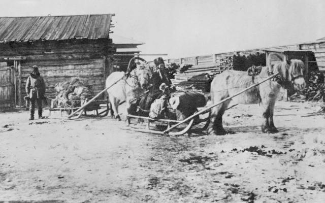 Якут - торговец пушниной отправляется на санях на ярмарку. Конец 19 века.
