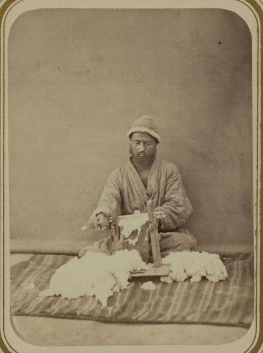 Очистка хлопка от семян. Средняя Азия, конец XIX века.
