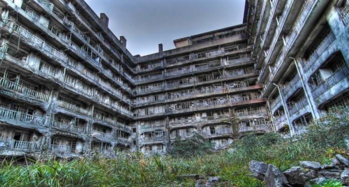 Заброшенное поселение шахтеров на острове Хасима в Япония.
