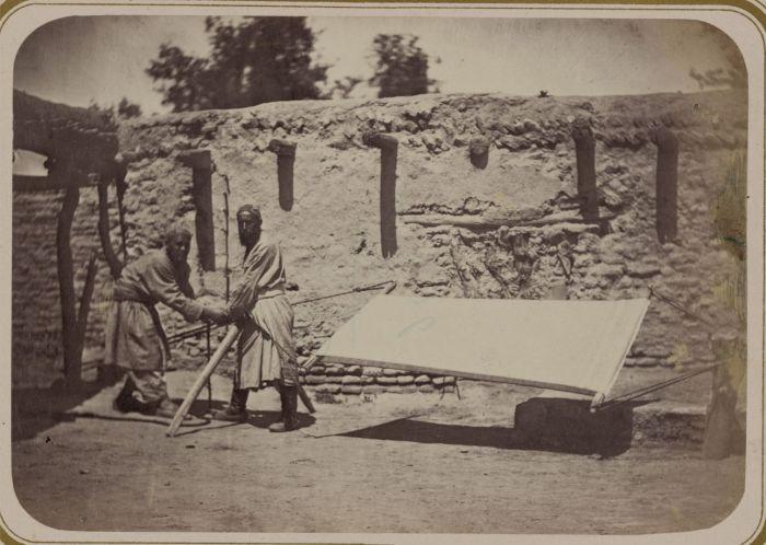 Просушка ткани используемой для изготовления тюрбанов. Средняя Азия, конец XIX века.