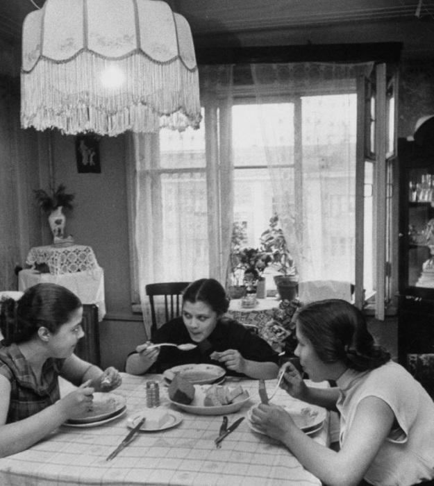 Три девушки, кушающие после учебы. СССР, Москва, 1956 год.