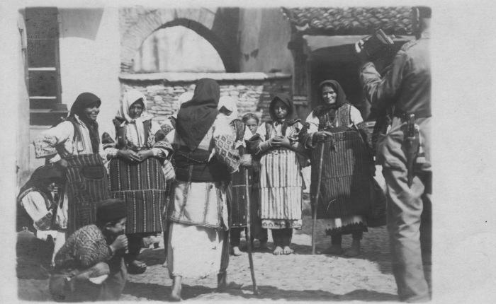 Женщины в традиционных костюмах. СССР, 1942 год.