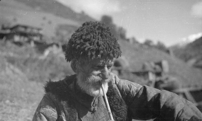 Старый хевсур курящий трубку на пастбище. 1930 год.