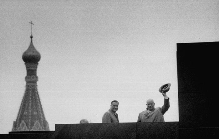 Гамаль Абдель Насер и Никита Хрущев на Мавзолее во время первомайской демонстрации. СССР, Москва, 1958 год.