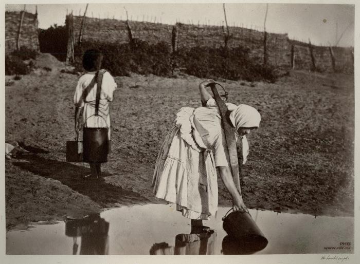 Казачки поливают огороды. 1875-1876 год.