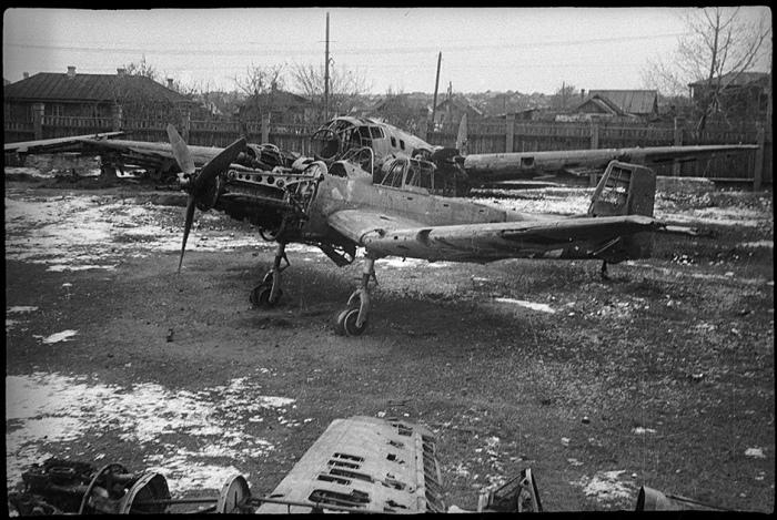 Фюзеляж самолета на одной из улиц Берлина. Конец апреля, 1945 год.
