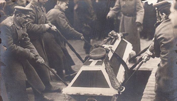 Спускание гроба в братскую могилу на похоронах жертв революции. Петроград,  23 марта 1917 года.