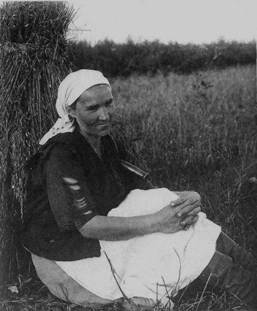 Жница на отдыхе. Ленинградская область, Колпинский район, село Никольское