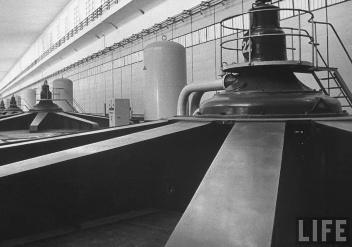 Машинный зал Волжской гидроэлектростанции.