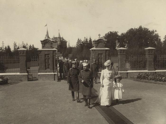 Император Николай II и Императрица Александра Федоровна в Спале в 1900 году.
