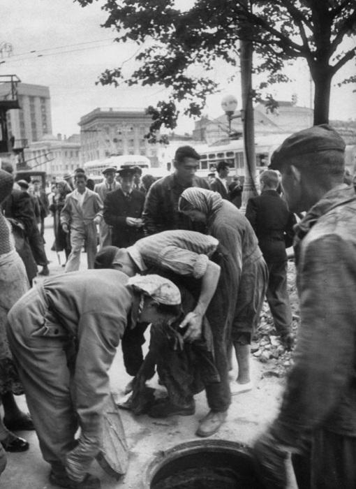 Работа коммунальщиков на улице. СССР, Москва, 1956 год.