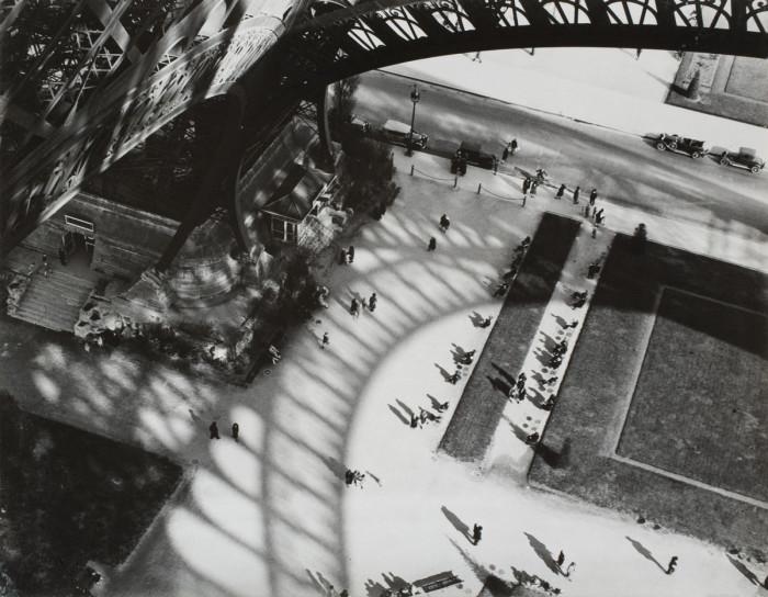 Тень от Эйфелевой башни. Франция, Париж, 1929 год.